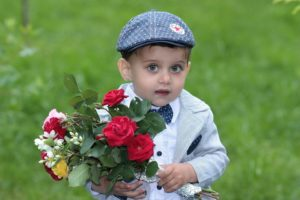 ребенок дарит цветы, толкование